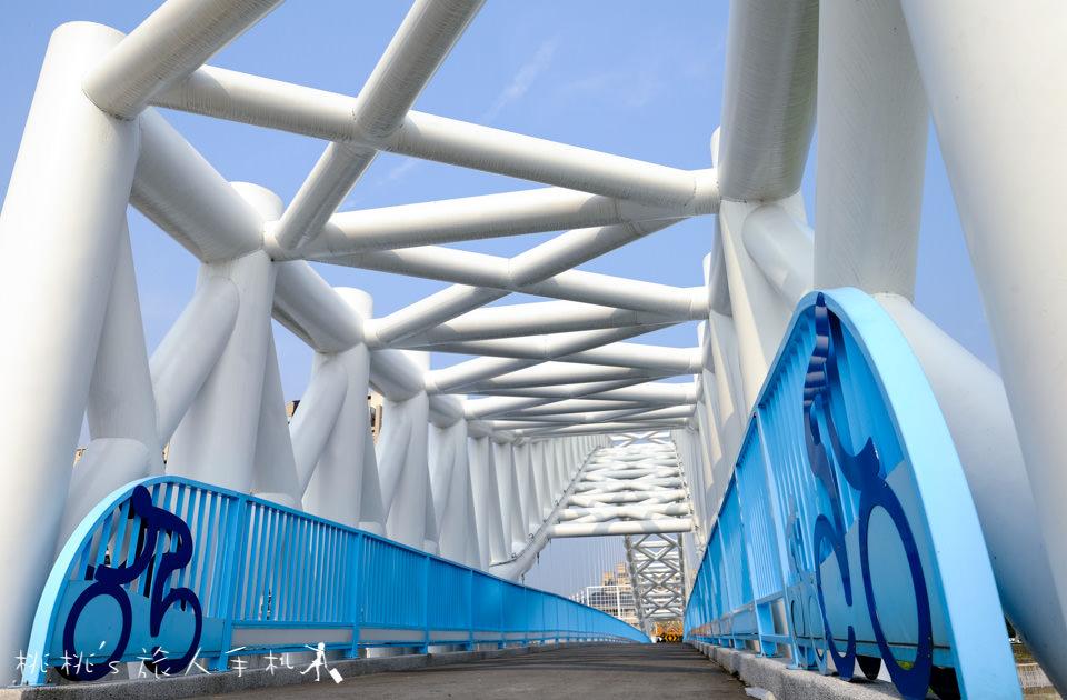 IG打卡景點》台中海天橋│藍與白的優雅曲線,白天夜晚都美麗