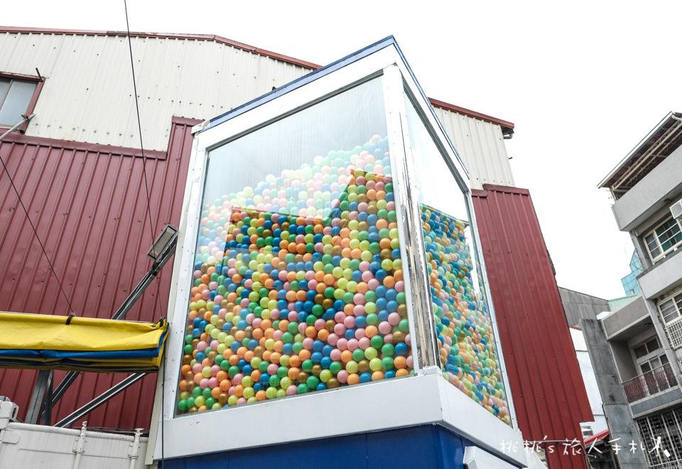 IG打卡景點》台南巨大扭蛋機 兩層樓高│就在衛民街上 還有貨櫃市集喔!