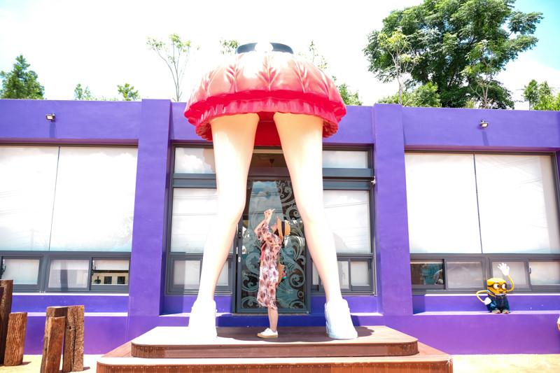 台中打卡景點》石岡彩虹山舍│彩色蠟筆門後的巨人美腿與小小兵軍團