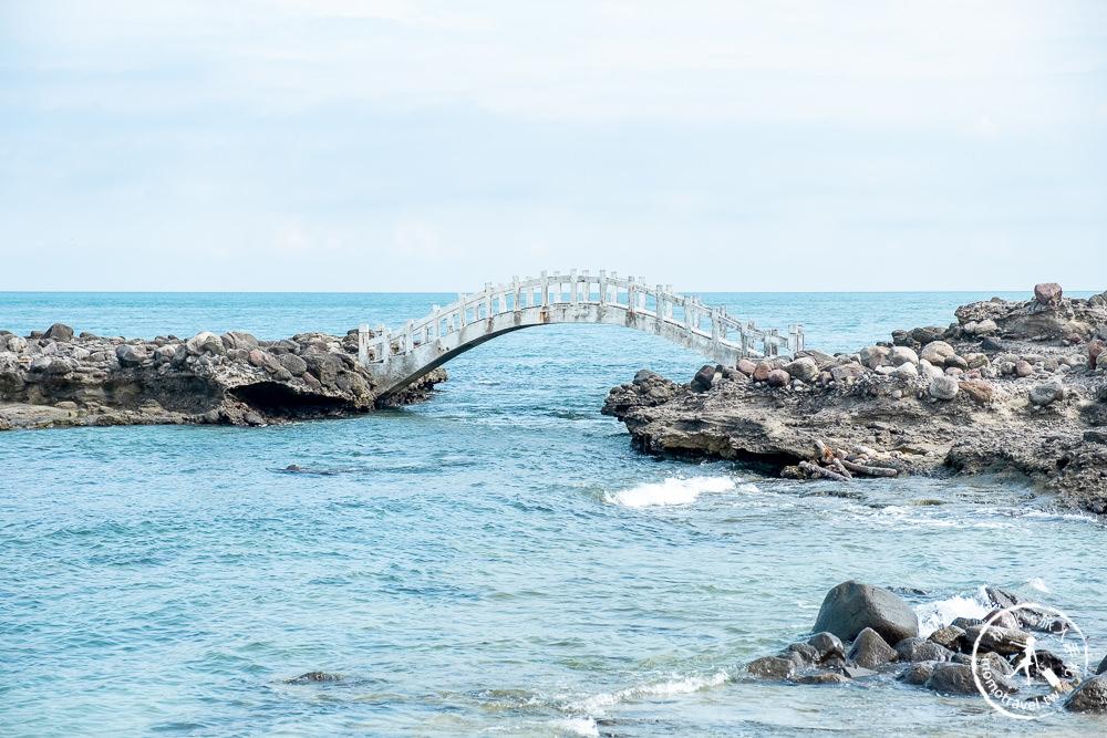 新北石門景點》石門洞(免門票)│絕美海上拱橋必拍打卡推薦